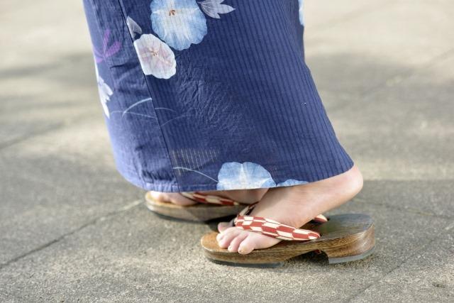 通販で帯をお求めなら大阪の呉服専門店【和空間スポットガーデン】へ | 着物を着た人物の足元